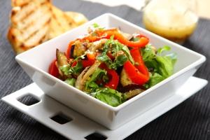 salata-rzymska-z-grillowanym-baklazanem