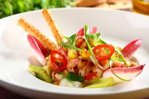 salatka-z-cykorii-z-marynowanym-lososiem