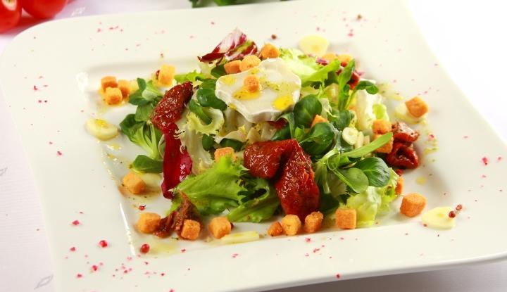 salatka-z-suszonymi-pomidorami-i-kozim-serem