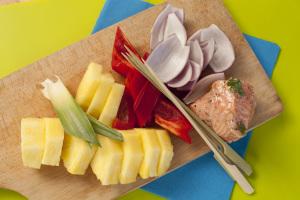 Łosoś opiekany na grillu z ananasem i papryką 3