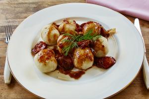 Przepis - Pyzy z mięsem w winnym sosie cebulowym PROSTE HISTORIE
