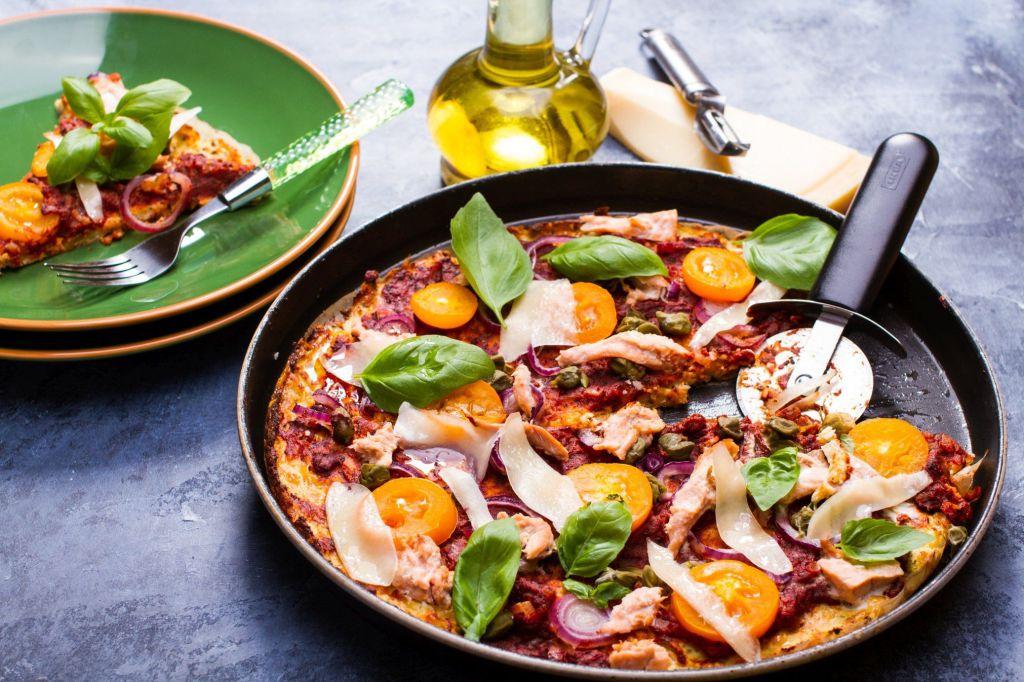 Pizza z kalafiora z tuńczykiem i pomidorami
