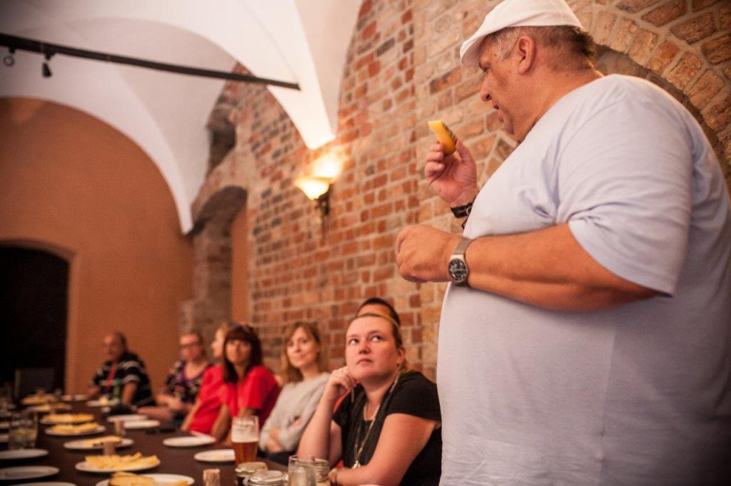 Laboratiria Smaku prowadzone są przez ekspertów z danych dziedzin - tu Gieno Mientkiewicz podczas laboratorium dotyczacego polskich serów