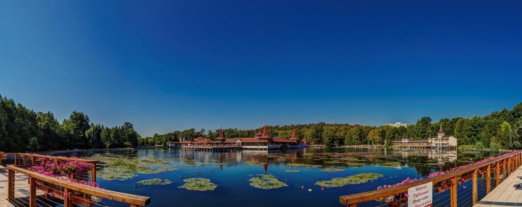 Widok na jezioro.