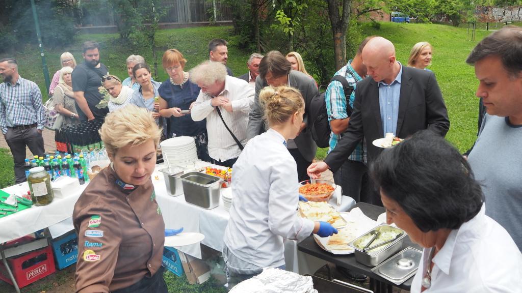 Poczęstunek: Ormiański grill serwuje dla zaproszonych gości  Agnieszka Filiks.