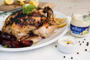 Chrupiacy kurczak z sosem chrzanowym i pieczonymi burakami