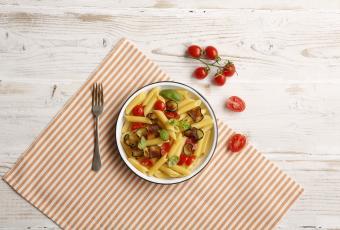 Pennette rigate z bakłażanem cukinią i pomidorami