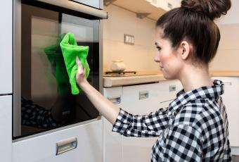 Używając ściereczek z mikrofibry nie musimy stosować żadnych detergentów. Aby pozbyć się zabrudzeń, wystarczy jedynie woda_fot. Vileda (6)