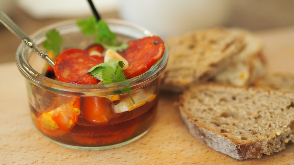 Chorizo na cydrze z kolendrą, pomidorami i chrupiącym świeżym pieczywem
