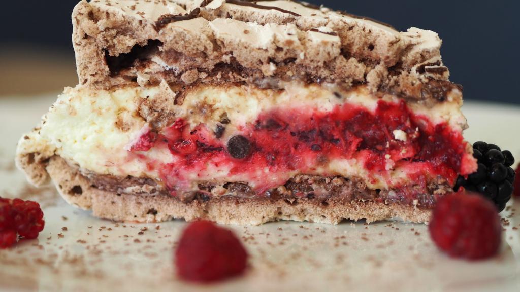 Bezowy tort malinowy z mascarpone i kawałkami czekolady